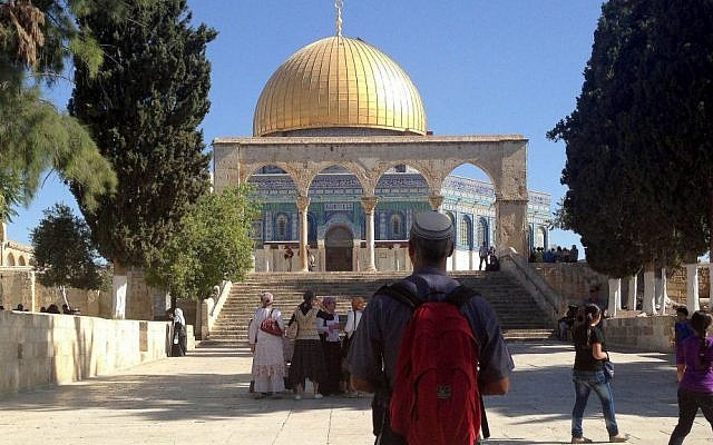 A Jewish visitor to the Temple Mount looks at the Dome of the Rock, 2013. (Sliman Khader/Flash90, File)