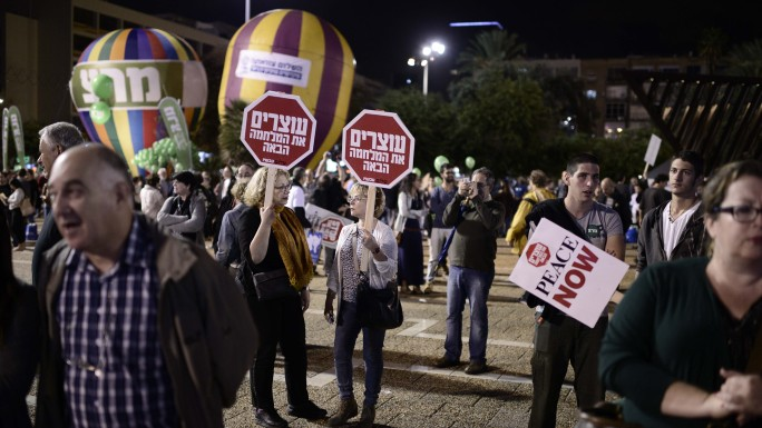 Thousands attend a rally at Rabin Square in Tel Aviv, marking 19 years since the assassination of Prime Minister Yitzhak Rabin. November 1, 2014. (Photo credit: Tomer Neuberg/Flash90)