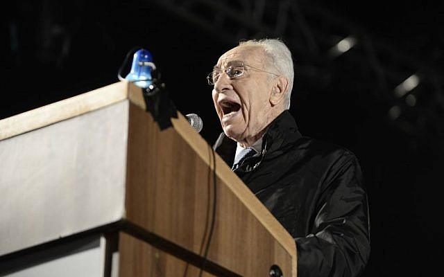 Former president Shimon Peres speaks during a rally in Rabin Square in Tel Aviv, marking 19 years since the assassination of prime minister Yitzhak Rabin. November 1, 2014. (Photo credit: Tomer Neuberg/Flash90)