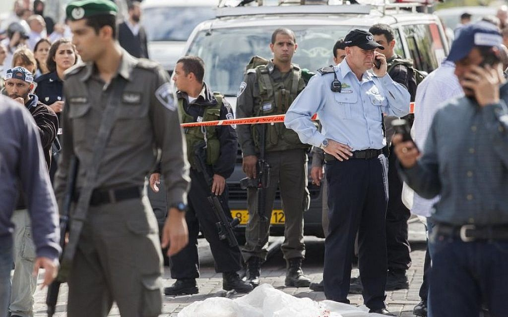 Israeli security personnel at the site of a terrorist attack on Jerusalem's Route One, November 5, 2014. (Photo credit: Yonatan Sindel/FLASH90)