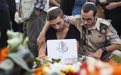 Sahar Shiloni (L), twin brother of slain IDF soldier Almog Shiloni, mourns during his funeral at the military cemetery on Mount Herzl in Jerusalem on November 11, 2014.  (photo credit: Yonatan Sindel/Flash90)