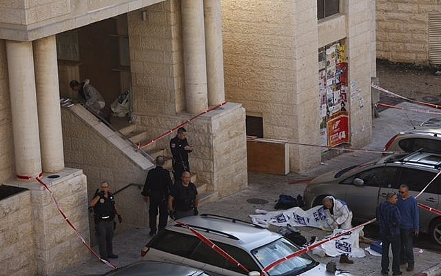 Israeli police are seen outside the Kehilat Yaakov synagogue in Jerusalem's Har Nof neighborhood after a terror attack there on November 18, 2014. (Yonatan Sindler/Flash90)