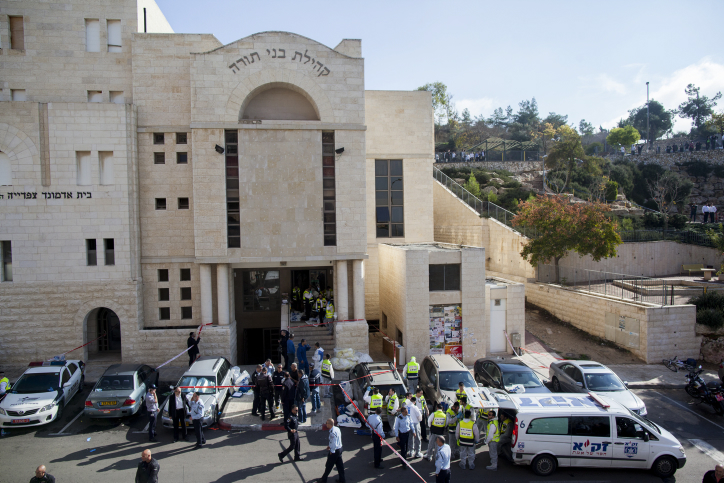 Israeli police outside the Kehilat Yaakov synagogue in Jerusalem after a terror attack there on November 18, 2014. (photo credit: Yonatan Sindler/FLASH90)