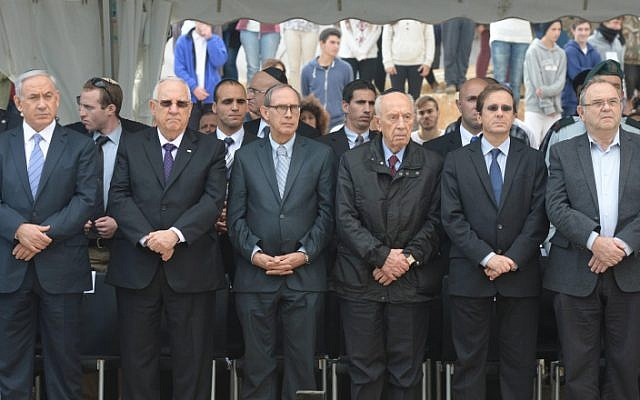 Prime Minister Benjamin Netanyahu (L), President Reuven Rivlin (2l), MK Nachman Shai (C), former president Shimon Peres and leader of the Opposition Isaac Herzog (2R) attend a memorial ceremony for the first Prime Minister of Israel David Ben Gurion, in Sde Boker. November 27, 2014. (photo credit: Mark Neyman/GPO)