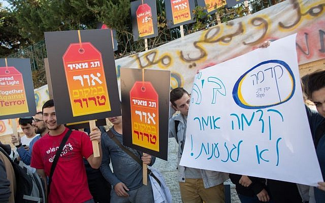Israelis protest outside the bilingual Hebrew-Arabic school in Jerusalem after an arson and graffiti attack on November 30, 2014. (Photo credit: Yonatan Sindel/Flash90)