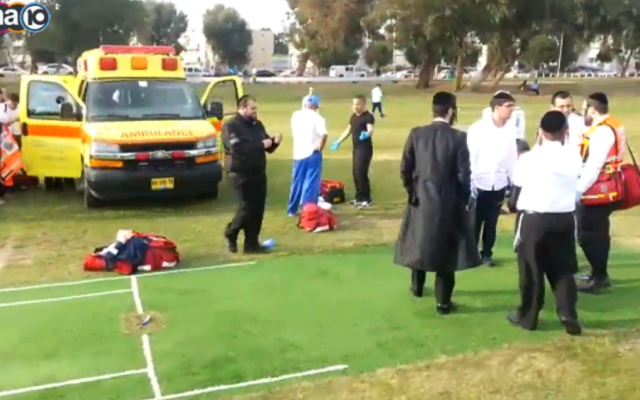 Medical personnel at the scene of an Ashdod cricket game, in which an umpire died after he was hit by the ball, November 29, 2014 (Channel 10 screenshot)