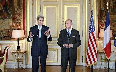 US Secretary of State John Kerry (L) addresses journalists during a joint press conference with French Foreign Minister Laurent Fabius in Paris on November 20, 2014. (Photo credit: AFP PHOTO / POOL / REMY DE LA)