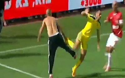 A shirtless fan attacks Maccabi Tel Aviv player Eran Zehavi, November 3, 2014 (Photo credit: Channel 2 News)