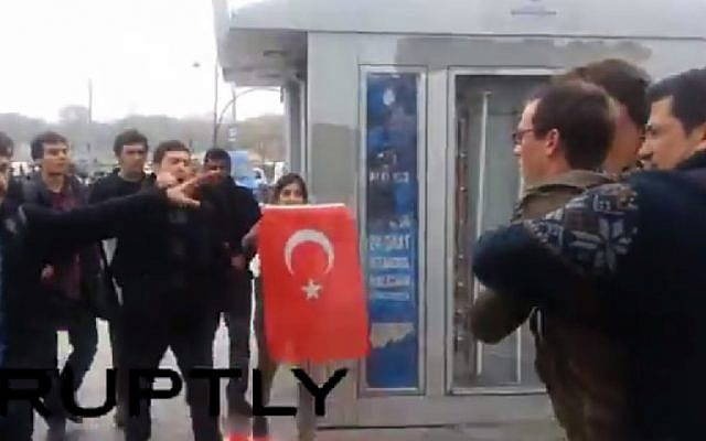 Screenshot from video of incident involving Turkish protesters roughing up three US sailors in Istanbul, November 12, 2014. (RT's RUPTLY video agency)