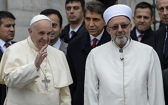 Pope Francis (L) poses with Mufti Rahmi Yaran (R) upon his arrival in front of the Blue Mosque in Istanbul on November 29, 2014 as part of his two-day visit in Turkey.  (Photo credit: AFP/BULENT KILIC)