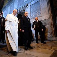 Pope Francis (L) visits Hagia Sophia Mosque (Santa Sofia) on November 29, 2014 in Istanbul. (Photo credit: AFP/FILIPPO MONTEFORTE)