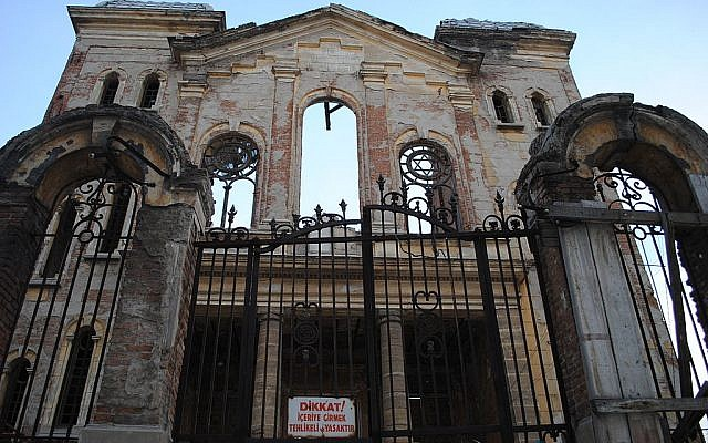 Edirne Governor Dursun Şahin threatened that the 100-year-old synagogue undergoing renovation would be converted into a museum once works are over, which he said would be a response to the recent unrest in Jerusalem. (Photo credit: CC BY Sebastiancramer, Wikipedia)