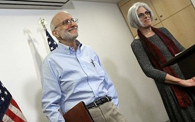 Alan Gross, recently released by Cuban authorities, concludes his remarks with his wife Judy at a press conference in Washington, DC, shortly after arriving in the United States, December 17, 2014 (Win McNamee/Getty Images/AFP)