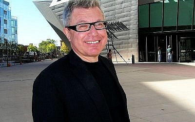 Daniel Libeskind in front of his extension to the Denver Art Museum (photo credit: Ishmael Orendain / Wikipedia)