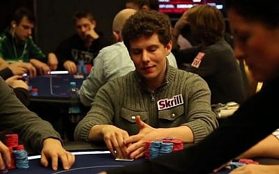 Poker champ Ari Engel checks out his hand. (YouTube screenshot)