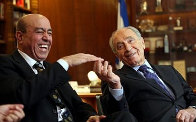 Former Israeli president Shimon Peres (right) sits in his office with Zouheir Bahloul, January 2, 2008. (photo credit: Yossi Zamir/Flash 90)