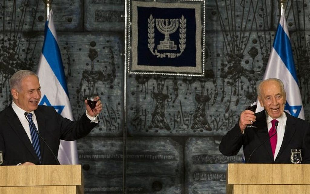 Prime Minister Benjamin Netanyahu and President Shimon Peres toast the new government at the President's Residence in Jerusalem, March 18, 2013.  (Photo by Yonatan Sindel/Flash90)