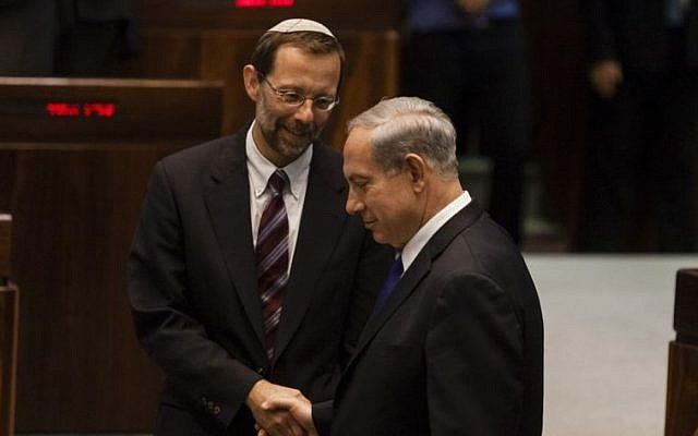 Prime Minister Benjamin Netanyahu shakes hands with Likud MK Moshe Feiglin at the Knesset, July 2, 2013. (Flash 90/File)