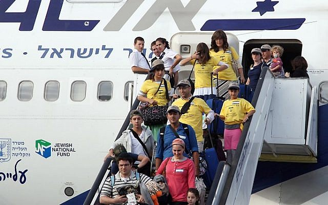 "New immigrants from USA and Canada arrive on a special "" Aliyah Flight 2014"" on behalf of the Jewish Agency and the Nefesh B'Nefesh organization, at Ben Gurion airport. (photo credit: Gideon Markowicz/FLASH90)"