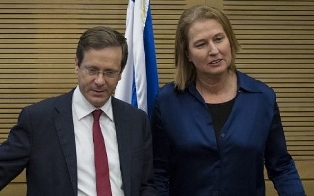 Hatnua head Tzipi Livni and leader of the opposition Isaac Herzog at the Knesset on November 12, 2014. (Photo credit: Miriam Alster/FLASH90)