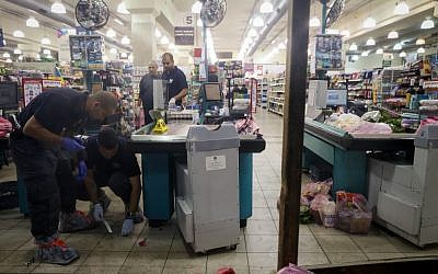 Police investigated the scene of a stabbing attack at a Rami Levy supermarket in Mishor Adumim on December 3, 2014. (photo credit: Nati Shohat/FLASH90)