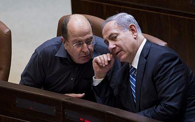 Defense Minister Moshe Ya'alon (L) speaks to Prime Minister Benjamin Netanyahu (R) on December 8, 2014 (Yonatan Sindel/Flash90)