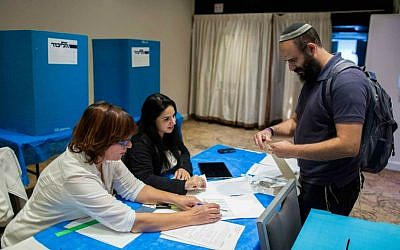 A Likud Central Committee member casts his vote in a ballot for early primary elections, in Jerusalem, December 10, 2014. (Yonatan Sindel/Flash90)