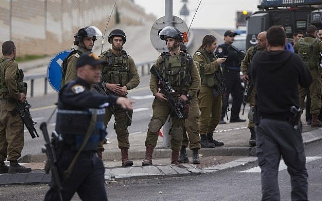 Israeli soldiers at the scene where a Palestinian man attacked a family of six with acid in Gush Etzion on December 12, 2014. (Photo by Yonatan Sindel/Flash90)