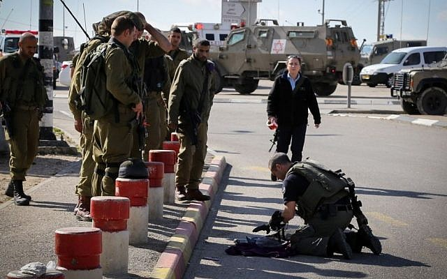 Israeli security forces at the site where an Israeli man was stabbed and lightly injured, December 01, 2014. (photo credit: Gershon Elinson/FLASH90)