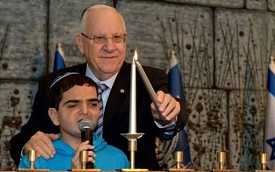 President Reuven Rivlin hosts a Hanukkah party December 16, 2014 for children with cancer. (Photo credit:  Haim Zach /GPO)