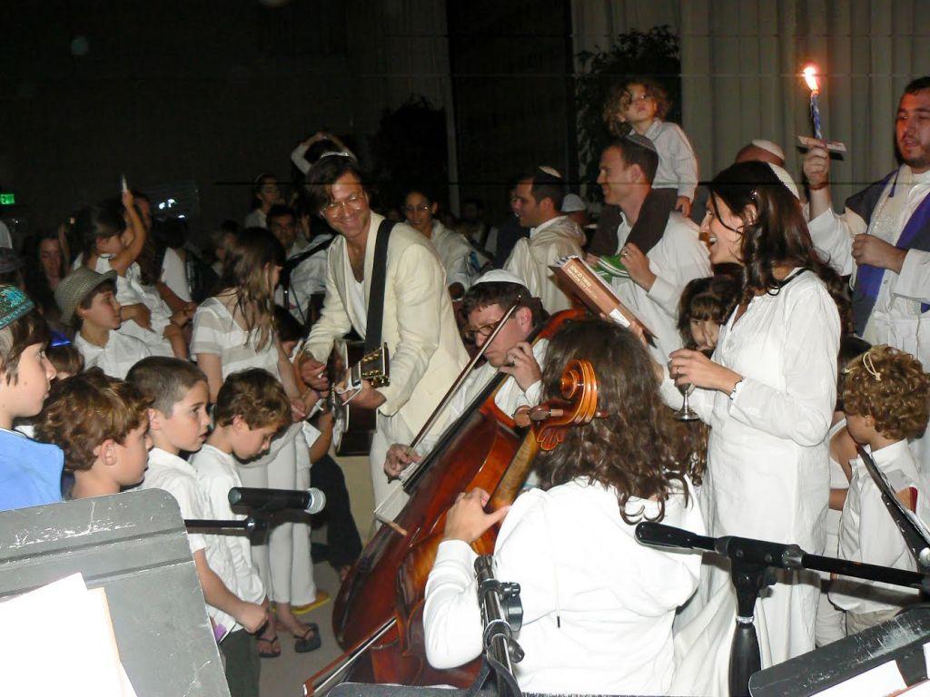 Ikar celebrates Havdalah to close out Yom Kippur. (Courtesy of Ikar/JTA)