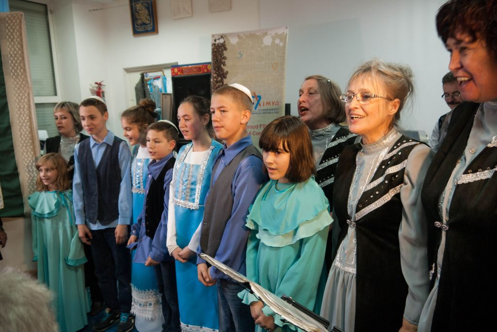 Local Jewish children sing Israeli songs at the Chesed Osher community center, November 2014. (Yifa Yaakov/The Times of Israel)