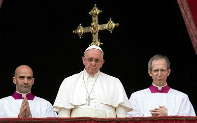 """Pope Francis, center, delivers his """"Urbi et Orbi"""" (to the city and to the world) blessing from the central balcony of St. Peter's Basilica at the Vatican, Thursday, December 25, 2014. (AP Photo/Alessandra Tarantino)"""