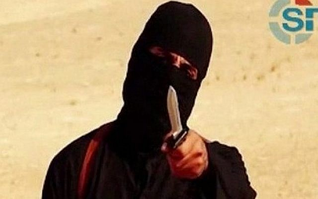 An image grab taken from a video released by the Islamic State (IS) and identified by private terrorism monitor SITE Intelligence Group on September 2, 2014 purportedly shows a masked militant holding a knife and gesturing as he speaks to the camera in a desert landscape before beheading 31-year-old US freelance writer Steven Sotloff.  (AFP PHOTO/SITE Intelligence Group/HO)