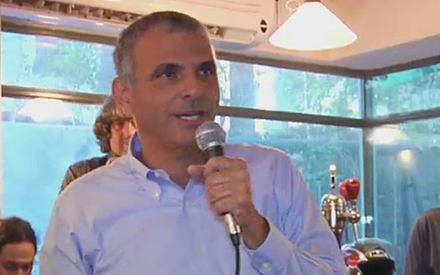 Moshe Kahlon speaks at a Tel Aviv pub on Friday, December 5, 2014 (Photo credit: Channel 2 News)