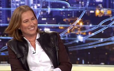 Hatnua party leader Tzipi Livni lays the smackdown on Prime Minister Benjamin Netanyahu on 'State of the Nation' TV satire, December 13, 2014. (screen capture: Channel 2/YouTube)