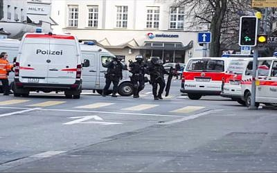 A screen capture of Swiss police securing the perimeter around Bank Mizrahi-Tefahot in Zurich after a failed robbery attempt on December 24, 2014. (screen capture: YouTube)