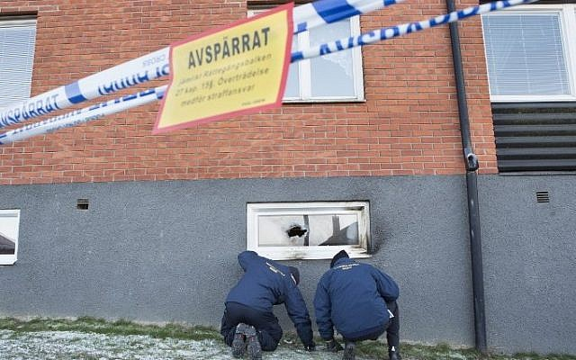 Police officers investigate a suspected arson attack after a fire in a mosque in the southern Swedish town of Eslov on December 29, 2014. (Photo credit: AFP / TT NEWSAGENCY )