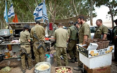 An illustrative photo of soldiers eating outside Gaza, July 20, 2014. (photo credit: Moshe Shai/Flash 90)