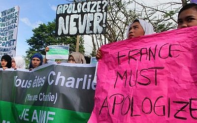 Filipino Muslim students, religious and community leaders stage a protest in Marawi City in southern Philippines on January 14, 2015.  (Photo credit: AFP/ MARK NAVALES)