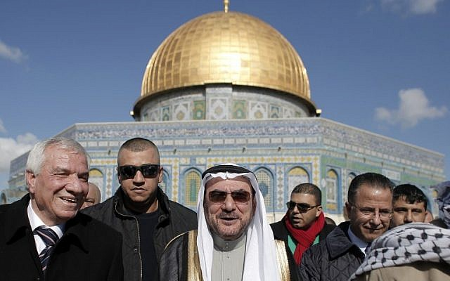 Iyad bin Amin Madani, secretary general of the Organization of Islamic Cooperation (C) walks outside Jerusalem's Dome of the Rock during his visit to the Temple Mount on January 5, 2015. (photo credit: AFP PHOTO/ AHMAD GHARABLI)