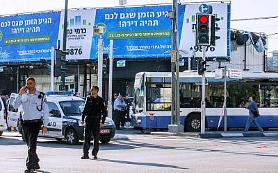 Israeli police officers stand at the scene of an attack on a Tel Aviv bus on January 21, 2015. (photo credit: AFP/JACK GUEZ)