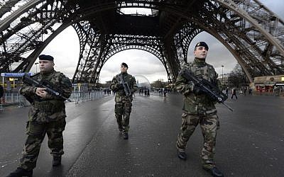 French soldiers patrol in front of the Eiffel Tower on January 8, 2015 (AFP/BERTRAND GUAY)