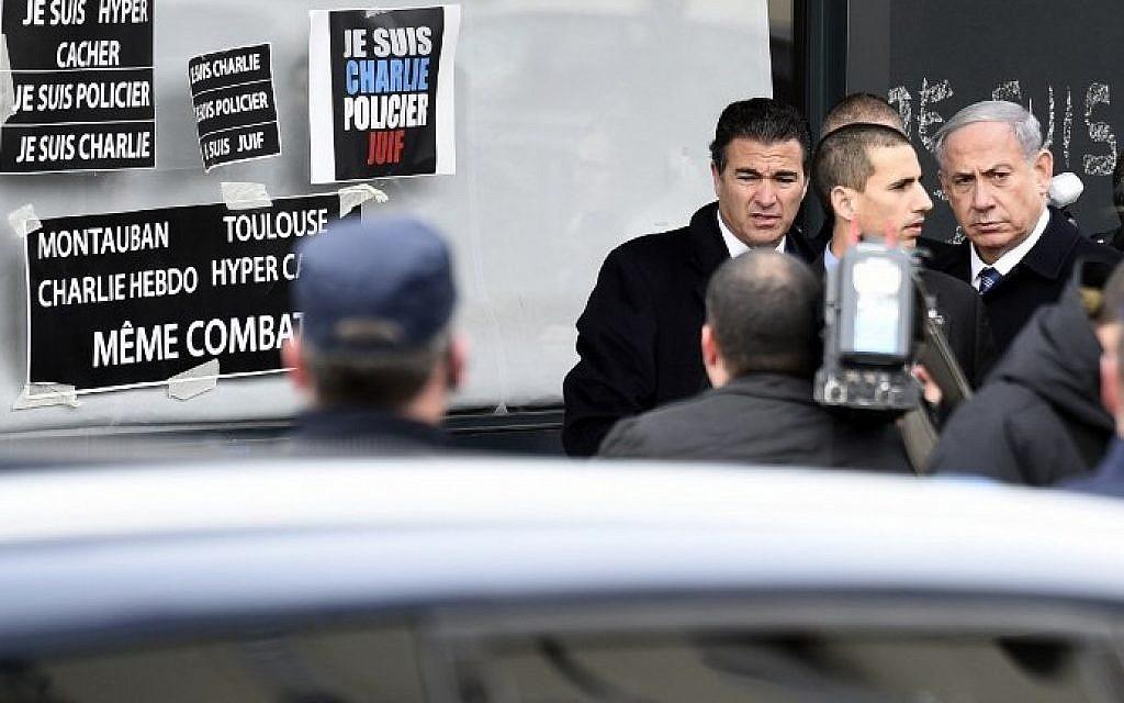 Prime Minister Benjamin Netanyahu (R) arrives at a kosher grocery store in Porte de Vincennes, eastern Paris, on January 12, 2015. (photo credit: Martin Bureau/AFP)