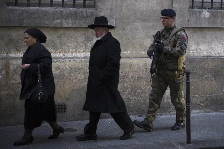 Illustrative photo of Jews in Paris, January 12, 2015. (AFP PHOTO / JOEL SAGET)