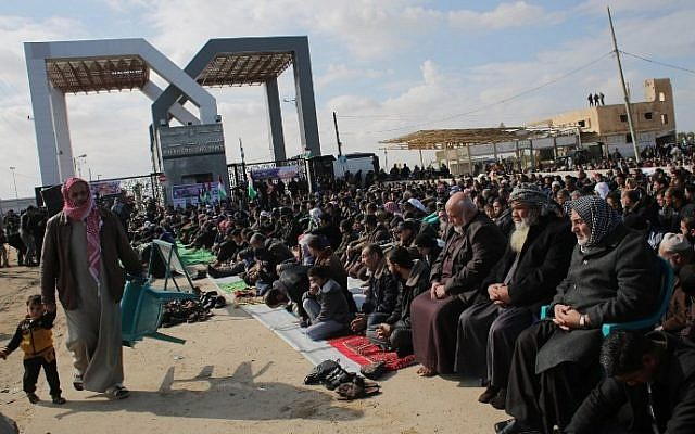 Palestinians gather in front of the Rafah crossing between the southern Gaza Strip and Egypt, January 16, 2015. (AFP/Said Khatib)