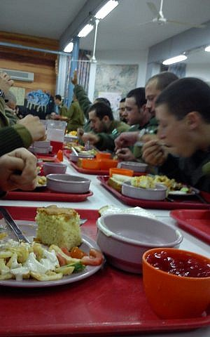 Chowing down some dinner in the army (Courtesy IDF Flickr account)
