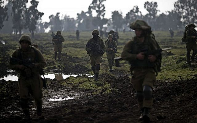 Israeli soldiers of the Golani Brigade training in the Golan Heights, near the Israel-Syria border, January 19, 2015. (AP/Ariel Schalit)