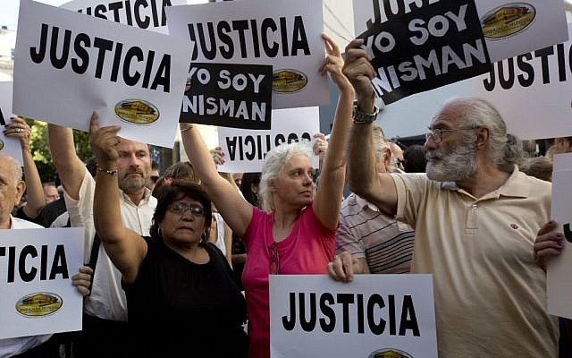 """People gather outside the AMIA Jewish community center asking for """"Justice"""" in the death of a prosecutor who had accused Argentina's president of a criminal conspiracy, in Buenos Aires, Argentina, Wednesday, Jan. 21, 2015. (photo credit: AP Photo/Rodrigo Abd)"""