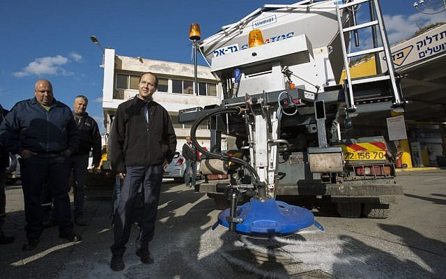 Jerusalem Mayor Nir Barkat visits the Jerusalem Municipality maintenance department as it prepares to clear the snow which is expected to fall in Jerusalem this week. January 5, 2014. (photo credit: Yonatan Sindel/Flash90)